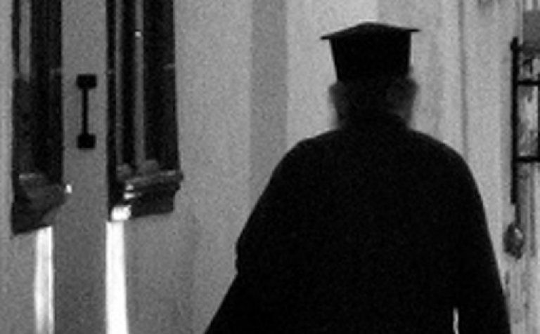 Αναβολή της δίκης του μεθυσμένου ιερέα που δάγκωσε αστυνομικό | tanea.gr