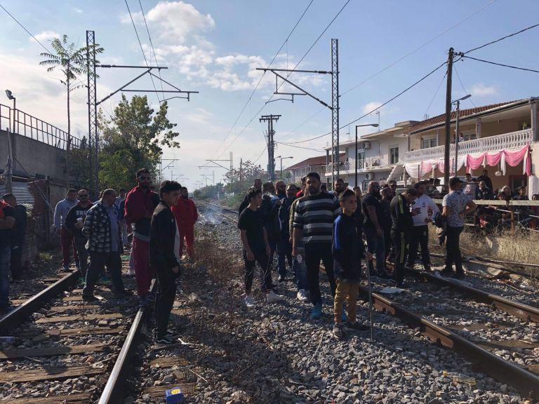 Λάρισα: Κάτοικοι απέκλεισαν τις σιδηροδρομικές γραμμές (φωτο)   tanea.gr