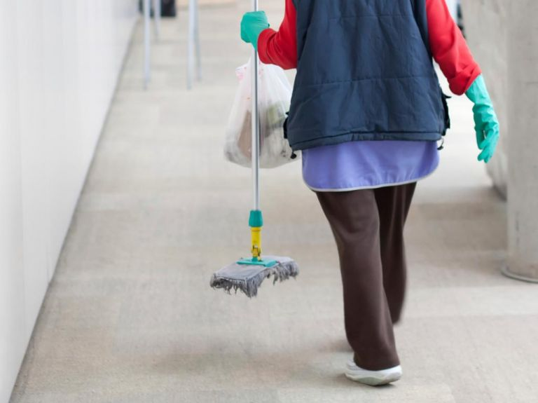 Αποφυλάκιση της καθαρίστριας που εκτίει 10ετή ποινή ζητά το Σωματείο Καθαριστών   tanea.gr
