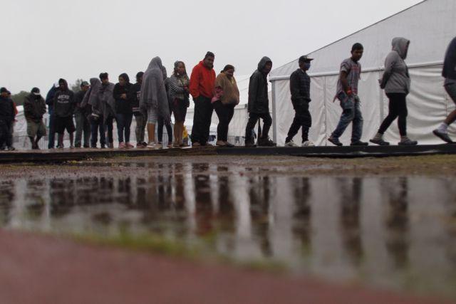 Καταφθάνει στα σύνορα Μεξικού -  ΗΠΑ το καραβάνι των μεταναστών | tanea.gr