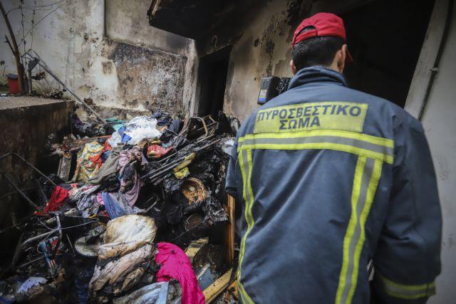 Ενας νεκρός από φωτιά σε κοντέινερ έξω από το στρατόπεδο Καποτά   tanea.gr