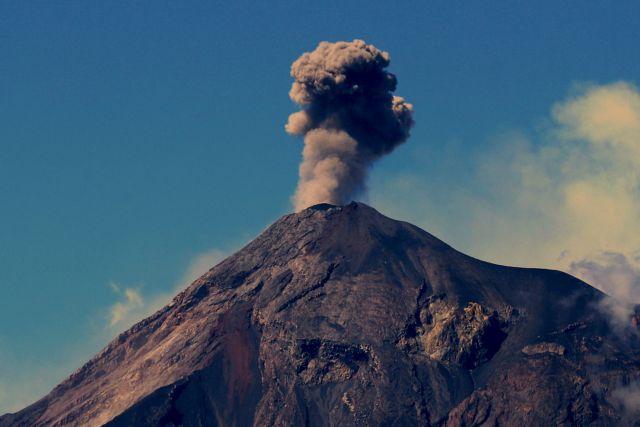 Βρυχάται ξανά το ηφαίστειο που σκότωσε 190 τον περασμένο Ιούνιο | tanea.gr