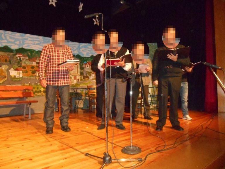 Σε ένα κατάμεστο θέατρο δόθηκε παράσταση κρατουμένων στη Χαλκίδα | tanea.gr