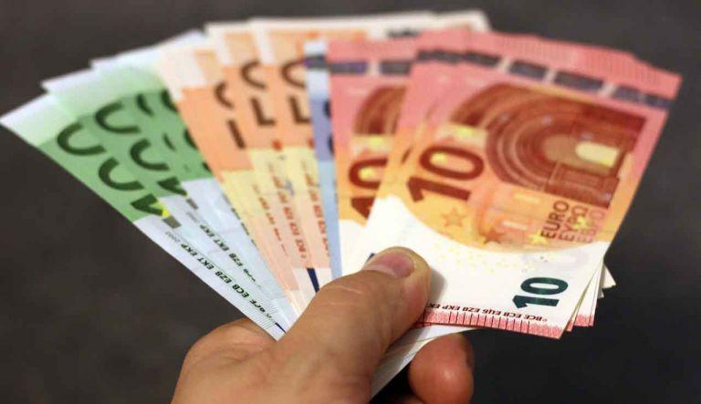 Βρέχει... λεφτά: Ποιοι θα γεμίσουν τις τσέπες τους πριν από τα Χριστούγεννα | tanea.gr
