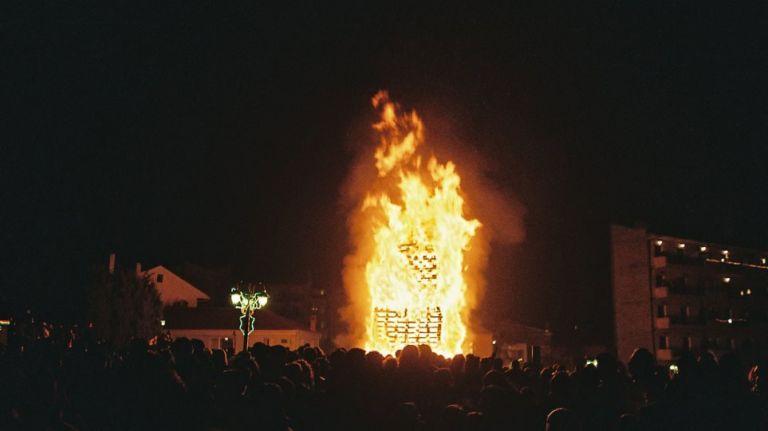 Χριστούγεννα 2018: Αναβίωσε το έθιμο με τις φωτιές στη Φλώρινα   tanea.gr