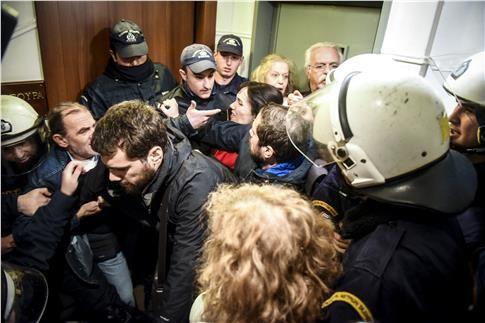 Ελεύθεροι οι οκτώ προσαχθέντες για πλειστηριασμούς (Βίντεο) | tanea.gr