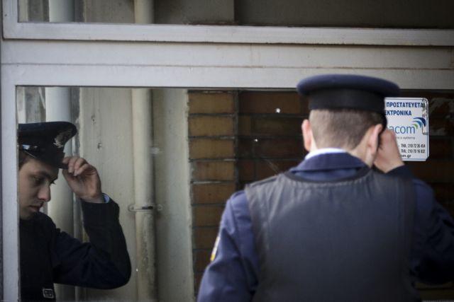 «Πλιάτσικο» στο Α.Τ Εξαρχείων : Eκλεψαν υπηρεσιακά όπλα   tanea.gr