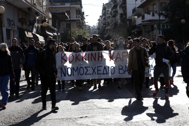 Με σφυρίχτρες βγήκαν στους δρόμους οι φοιτητές στη Θεσσαλονίκη | tanea.gr