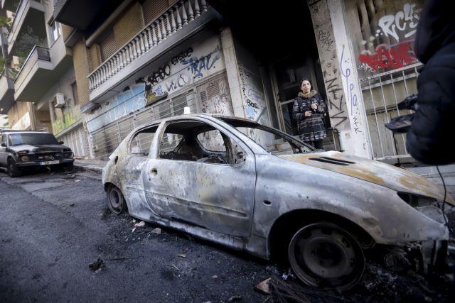 Η επόμενη μέρα στα Εξάρχεια – Καμένα αυτοκίνητα και σπασμένα πεζοδρόμια (εικόνες) | tanea.gr