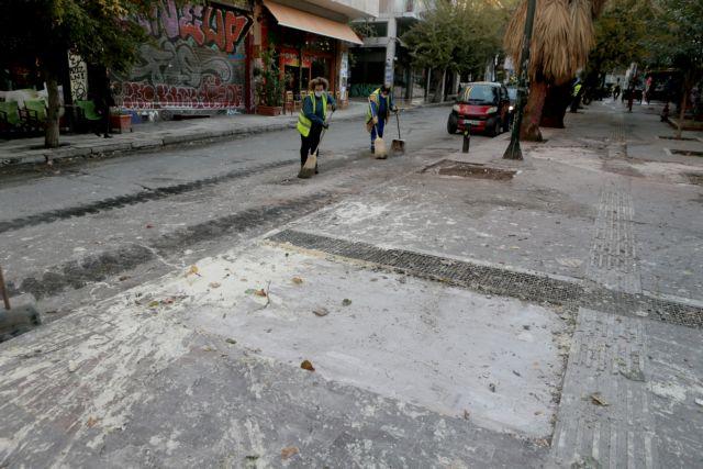 Η επόμενη μέρα στα Εξάρχεια – Καμένα αυτοκίνητα και σπασμένα πεζοδρόμια (εικόνες)