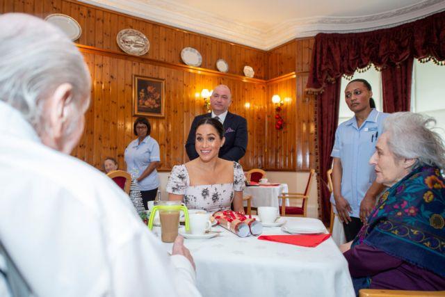 Αν και «πολύ έγκυος» η Μέγκαν Μαρκλ επισκέφθηκε οίκο ευγηρίας | tanea.gr