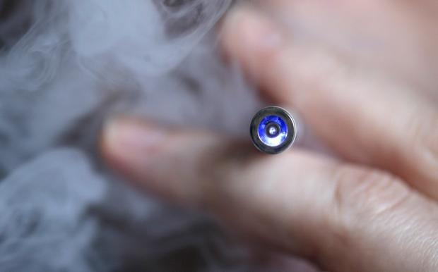 Οι «ατμιστές» εισπνέουν λιγότερες τοξικές ουσίες από τους παραδοσιακούς καπνιστές | tanea.gr