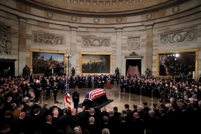 Σε λαϊκό προσκύνημα η σορός του Τζορτζ Μπους | tanea.gr