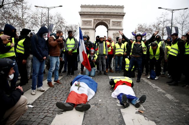Kίτρινα γιλέκα: Συμπλοκές στο Παρίσι - Aποκλεισμοί δρόμων σε όλη τη χώρα | tanea.gr