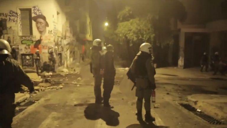Αστυνομικός χτυπά με την ασπίδα συλληφθέντα στο πρόσωπο | tanea.gr