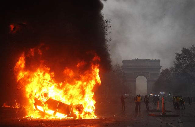 Φωτιές στα σύμβολα της Γαλλίας   tanea.gr