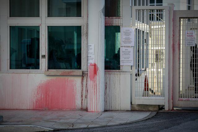 Βίντεο από την επίθεση του Ρουβίκωνα με μπογιές στην πρεσβεία των ΗΠΑ | tanea.gr