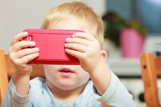 Ο χρόνος μπροστά στις οθόνες βλάπτει την ανάπτυξη των παιδιών | tanea.gr