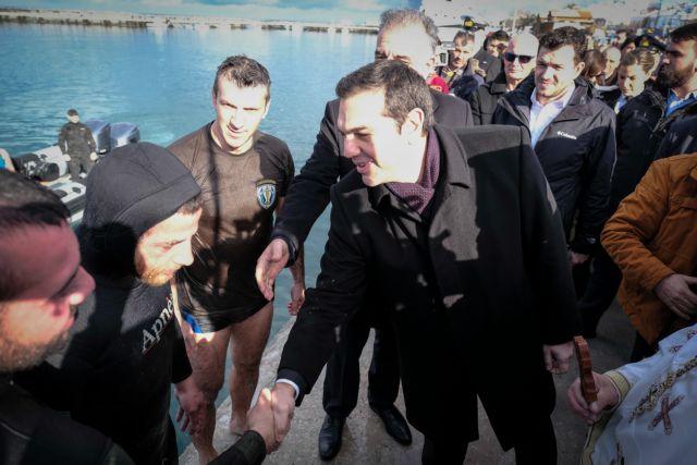 Θεοφάνια : Ο Αλ. Τσίπρας φίλησε και τον σταυρό | tanea.gr