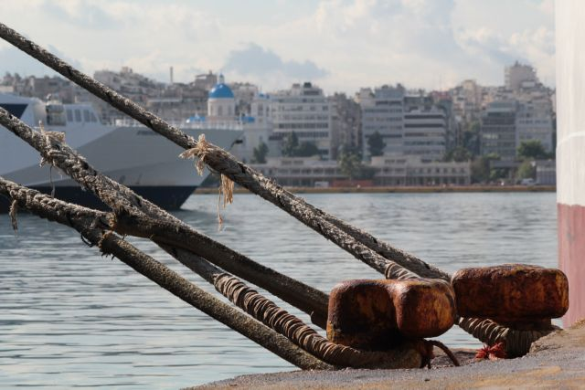 Δεμένα τα πλοία σε Πειραιά, Ραφήνα, Λαύριο | tanea.gr