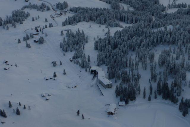 Ελβετία : Αποκλείστηκε χωριό από χιονοστιβάδα   tanea.gr