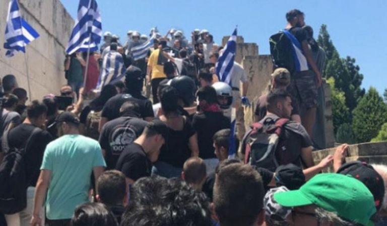 Κουκουλοφόροι και Αστυνομία σε... αγαστή συνεργασία στο Σύνταγμα | tanea.gr