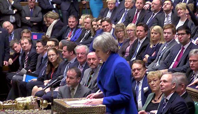 Brexit: Παραμένει στην πρωθυπουργία η Μέι - καταψηφίστηκε η πρόταση μομφής   tanea.gr