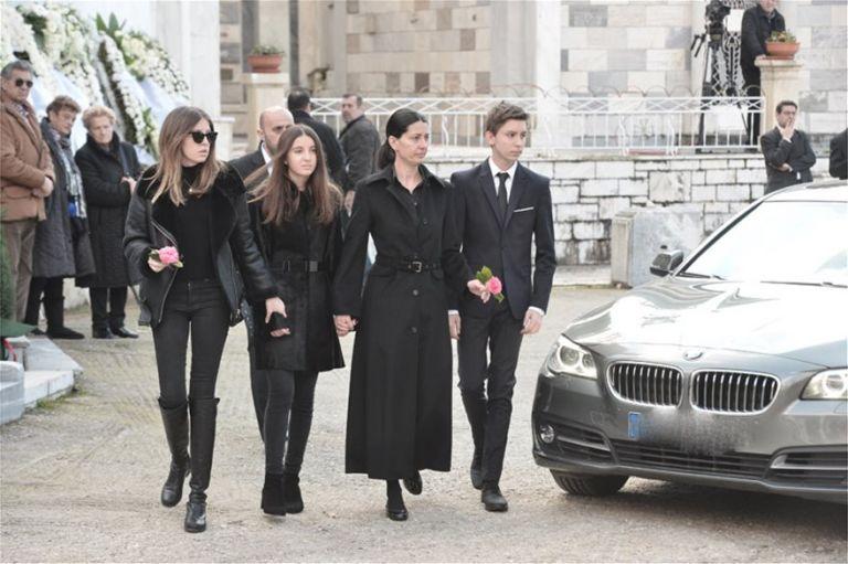Θέμος Αναστασιάδης : Συγκλονισμένοι οικογένεια και φίλοι στον τελευταίο αποχαιρετισμό | tanea.gr