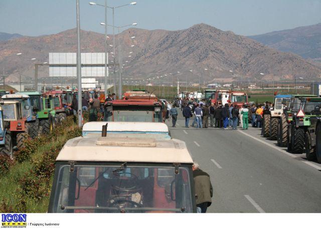 Οι αγρότες έκλεισαν την Εθνική Οδό στον Πλατύκαμπο | tanea.gr