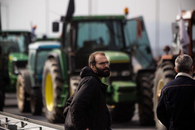 Στα μπλόκα οι αγρότες: Σκληραίνουν τη στάση τους και κλείνουν τον κόμβο του Πλατυκάμπου | tanea.gr