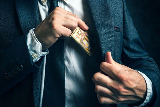 Καβάλα: Ποινική δίωξη σε βάρος δικαστικού υπαλλήλου που έπαιρνε «φακελάκια» | tanea.gr