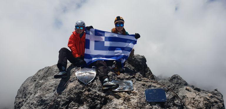 Δυο Ελληνίδες υψώνουν την ελληνική σημαία στο Εβερεστ! | tanea.gr