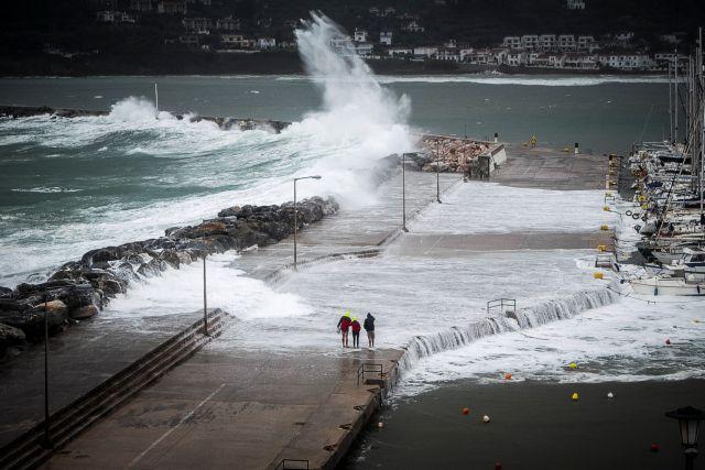 Στον κλοιό της κακοκαιρίας τα Χανιά: Εκλεισαν οι δρόμοι και τα σχολεία | tanea.gr