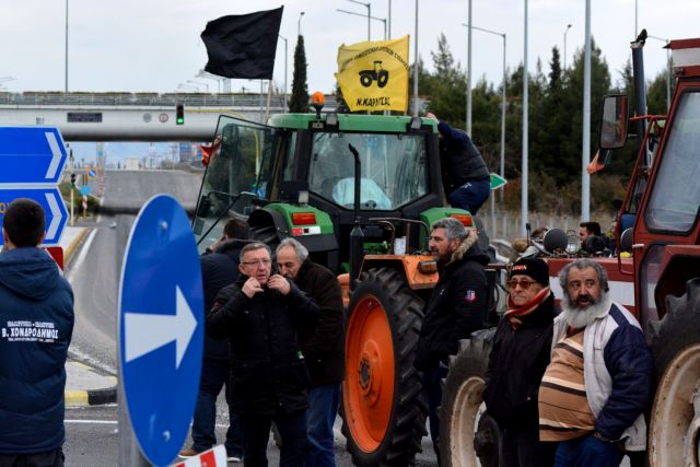 Απέκλεισαν τον κόμβο Πλατυκάμπου οι αγρότες από το μπλόκο της Νίκαιας | tanea.gr
