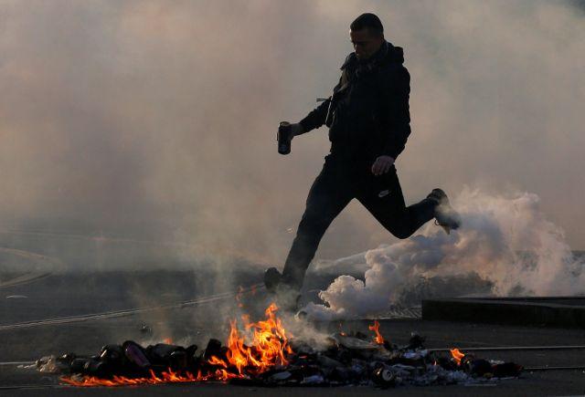 «Βροχή» δακρυγόνων στις διαδηλώσεις των «Κίτρινων Γιλέκων» | tanea.gr