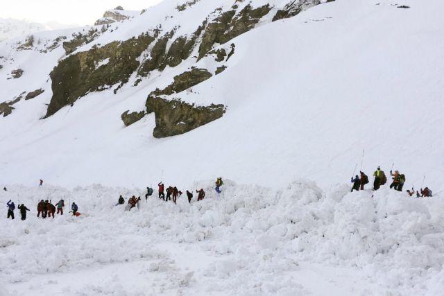 Ελβετία : Ανέσυραν τέσσερις σκιέρ από τη χιονοστοβάδα, ψάχνουν αγνοούμενους | tanea.gr