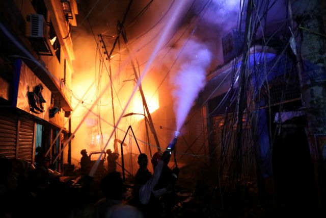 Δεκάδες νεκροί από πυρκαγιά σε πολυκατοικία στο Μπανγκλαντές | tanea.gr
