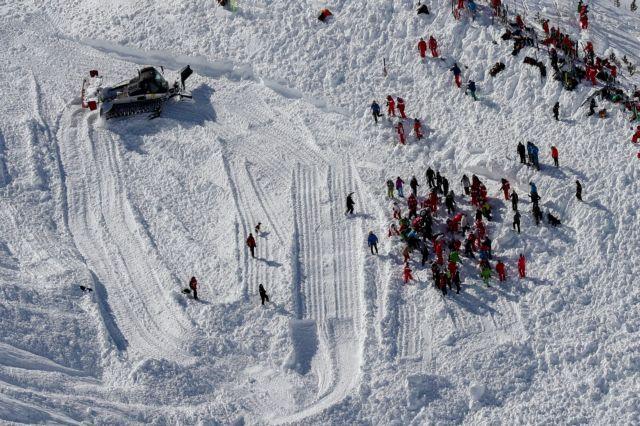 Ελβετία : Θαμμένοι σκιέρ απο χιονοστιβάδα - Μάχη με το χρόνο τα συνεργεία διάσωσης   tanea.gr