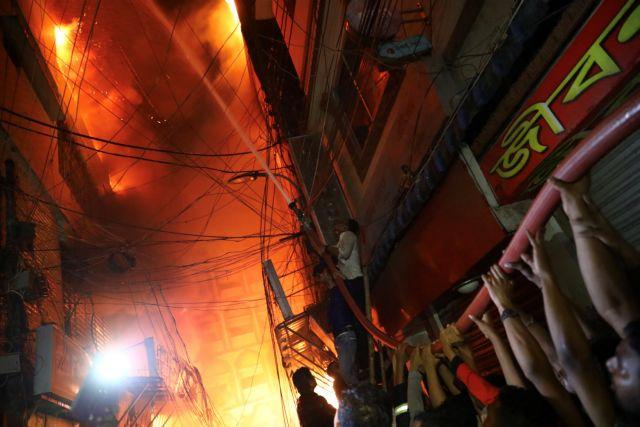 Φρίκη στη Ντάκα : Ανασύρουν διαρκώς καμένα πτώματα από τις στάχτες | tanea.gr