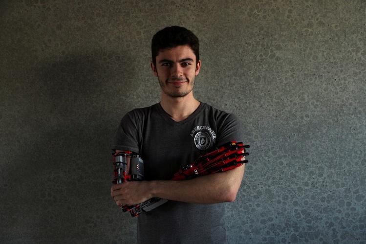19χρονος κατασκεύασε το προσθετικό του χέρι από Lego | tanea.gr