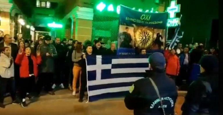 Προσαγωγή δυο ατόμων επειδή είχαν ελληνικές σημαίες στη Δράμα! | tanea.gr
