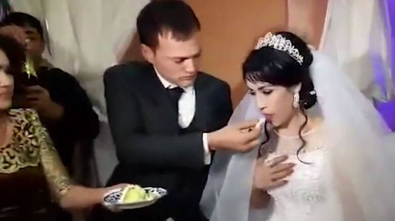 Γαμπρός χαστούκισε τη νύφη όταν… του πήρε την τούρτα από το στόμα | tanea.gr