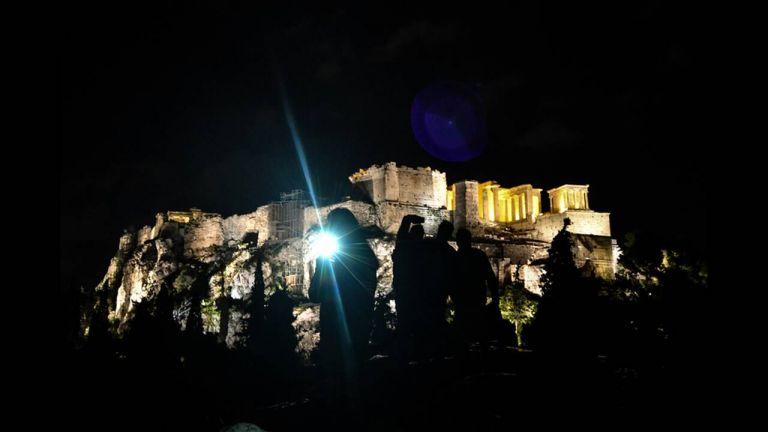 Ώρα της Γης: Η Αθήνα έσβησε τα φώτα - Στο σκοτάδι ο πλανήτης | tanea.gr