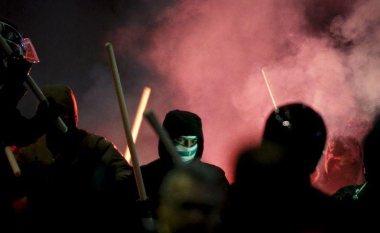 Η στιγμή της επίθεσης των κουκουλοφόρων στο Παπαστράτειο | tanea.gr
