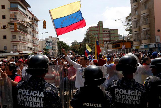 «Καζάνι που βράζει» η Βενεζουέλα: Επεισόδια μεταξύ διαδηλωτών και αστυνομίας | tanea.gr