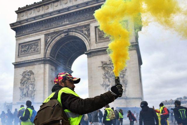 Κίτρινα γιλέκα: Στις φλόγες ξανά το Παρίσι - Μάχη χιλιάδων διαδηλωτών με δυνάμεις ασφαλείας | tanea.gr