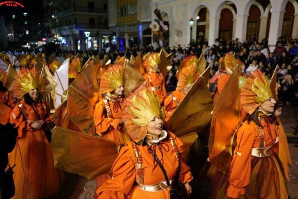 Πατρινό καρναβάλι : Στους δρόμους χιλιάδες καρναβαλιστές - Δείτε ζωντανά τη νυχτερινή παρέλαση | tanea.gr