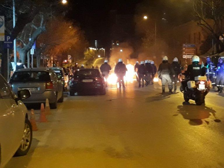 «Γυαλιά-καρφιά» και στη Θεσσαλονίκη – Συγκρούσεις κουκουλοφόρων με αστυνομικούς | tanea.gr