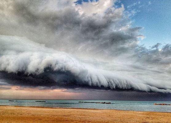 Εντυπωσιακό «σύννεφο τσουνάμι» στις ακτές της Ιταλίας   tanea.gr