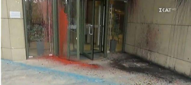Καταδρομική επίθεση με μπογιές στο υπουργείο Ανάπτυξης | tanea.gr